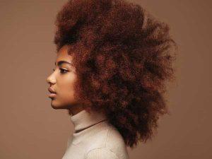 Revenir aux cheveux crépus naturels