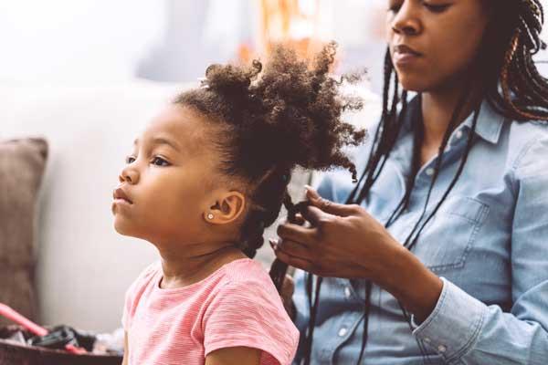 Comment démeler les cheveux crépus de votre enfant